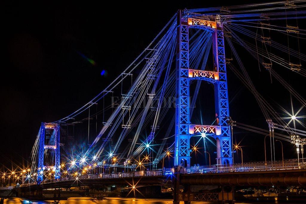 Se inauguran las nuevas luminarias del Puente Colgante