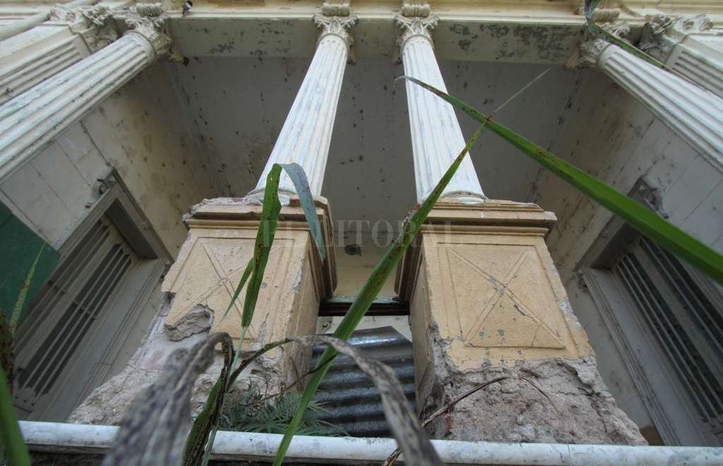 Yuyal. Todo el antiguo frente del edificio se encuentra en muy malas condiciones y está clausurado. <strong>Foto:</strong> Mauricio Garín