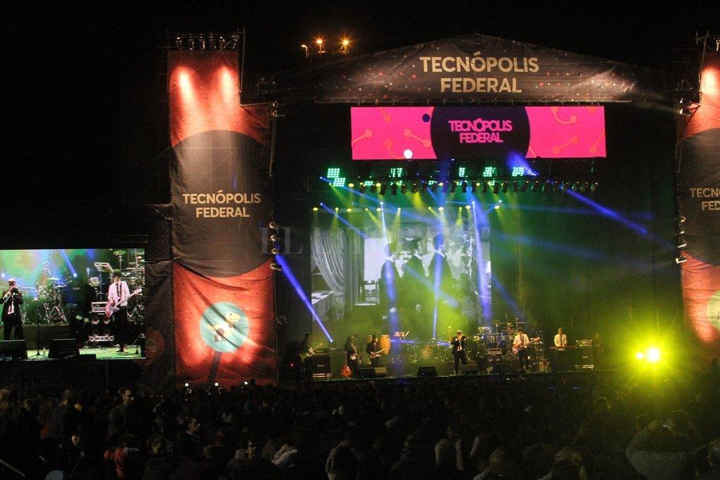 En la antesala, calentando la previa, actuaron Victorina Sanada, Santa Fe Ska (foto) y Doce Monos. Mauricio Garin
