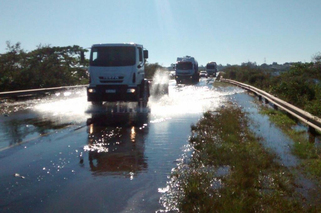 La Ruta Nacional 14 fue cortada debido a la gran cantidad de agua que hay sobre la calzada <strong>Foto:</strong> diarioepoca.com