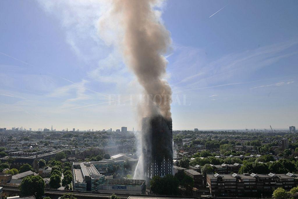Sube a 30 el número de muertos por incendio de Torre Grenfell