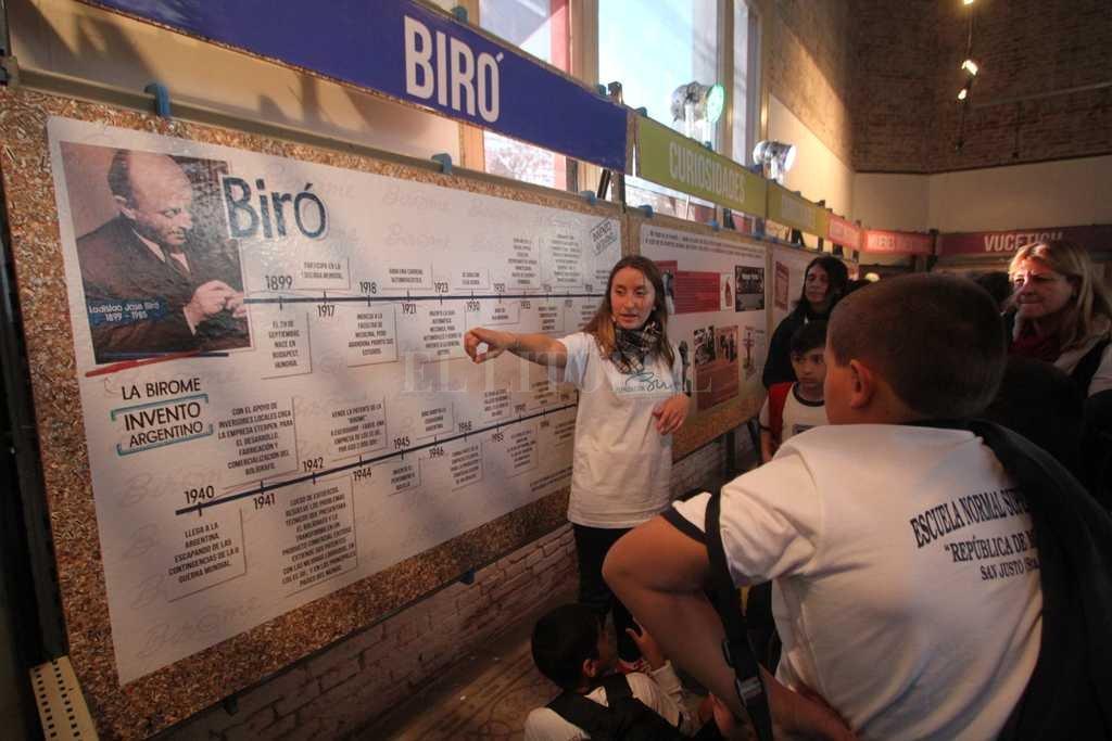 Ladislao Biró, creador de la birome y visionario, en un cartel. Una guía explica su invento a los alumnos. Crédito: Pablo Aguirre