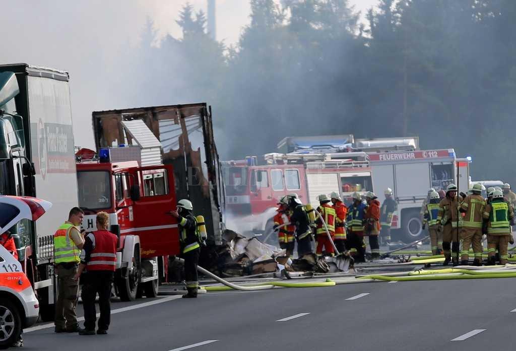 Decenas de desaparecidos y heridos tras incendiarse un autobús — Alemania
