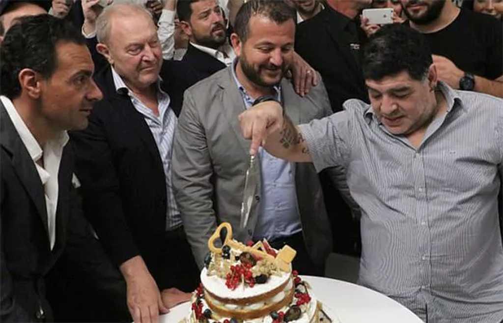 Maradona recibirá la ciudadanía napolitana en el Ayuntamiento y no en plaza
