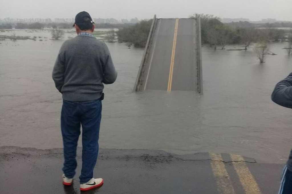 Espectacular colapso de un puente en la ruta 12