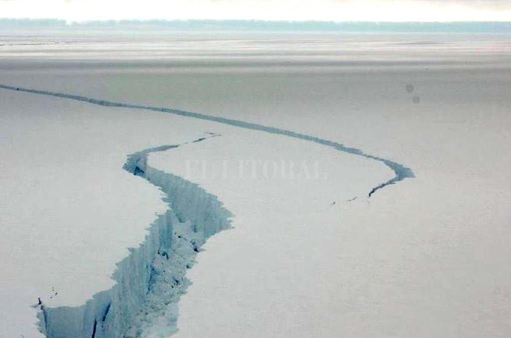 Se desprende de la Antártida gigantesco iceberg