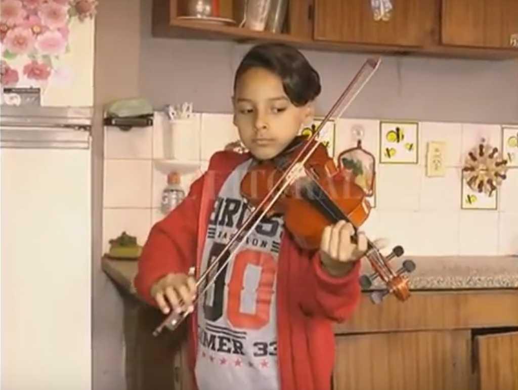Dylan se destaca tocando el violín <strong>Foto:</strong> Captura de pantalla