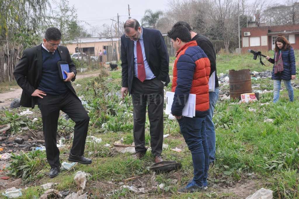 El fiscal Nessier (der.) y el comisario Monzón (izq.) a metros del tacho donde fue hallado el cuerpo del policía. Crédito: Flavio Raina