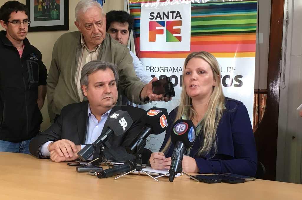 Conferencia. Farías y Verónica Geese, secretaria de Energía, aseguraron que la provincia quieren financiar el gasoducto, que es estratégico para el corredor costero.  Crédito: Gentileza