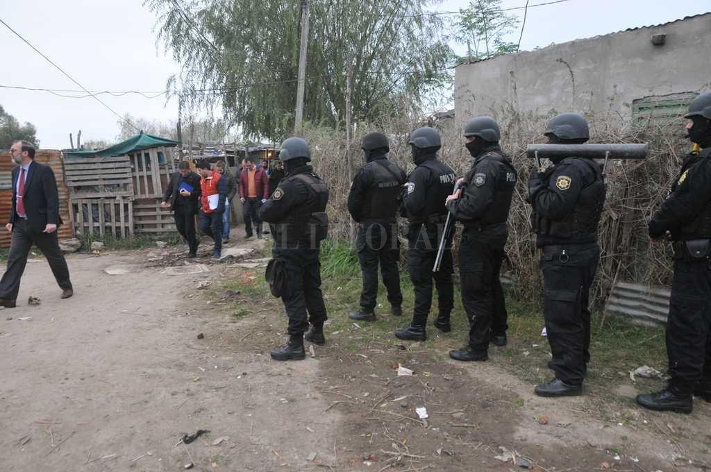La mañana del sábado, la policía concretó allanamientos en la zona donde se produjo el asesinato de Cejas, en Neuquén al 6400. Crédito: Archivo El Litoral / Flavio Raina