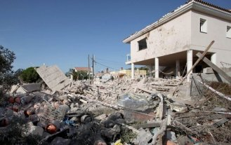 Encuentran un cinturón de explosivos entre los restos de la casa que explotó en Cataluña