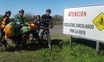 Cuatro venezolanos huyeron en bicicleta de su país y llegaron hasta la Argentina