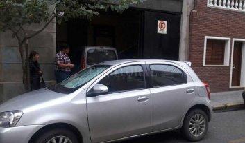 No pudo sacar el auto de su casa por un vehículo que bloqueaba la cochera