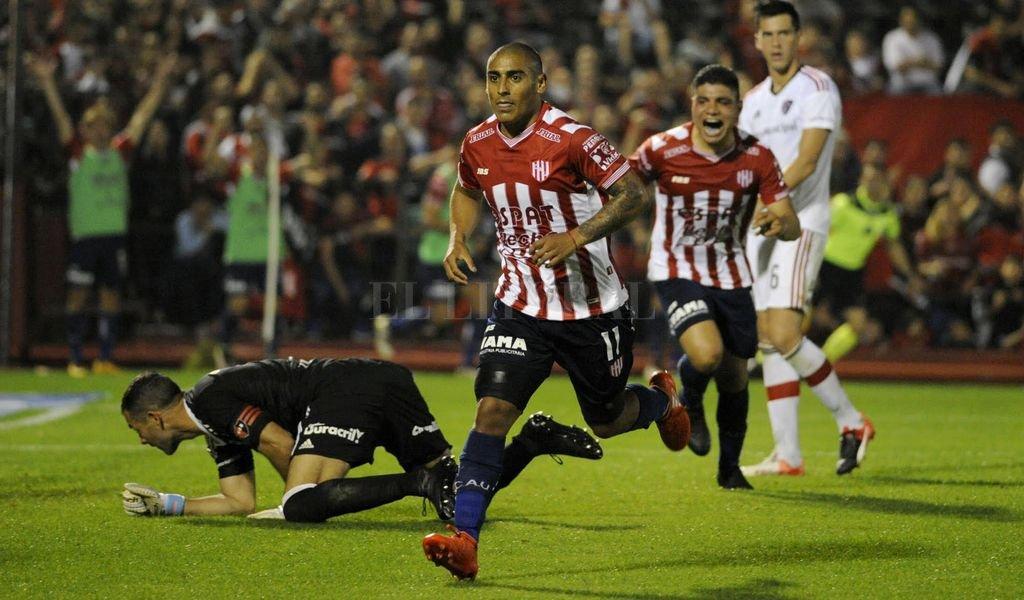 "Diego Zabala festeja. El uruguayo hizo un ""tremendo golazo"". Marcelo Manera"