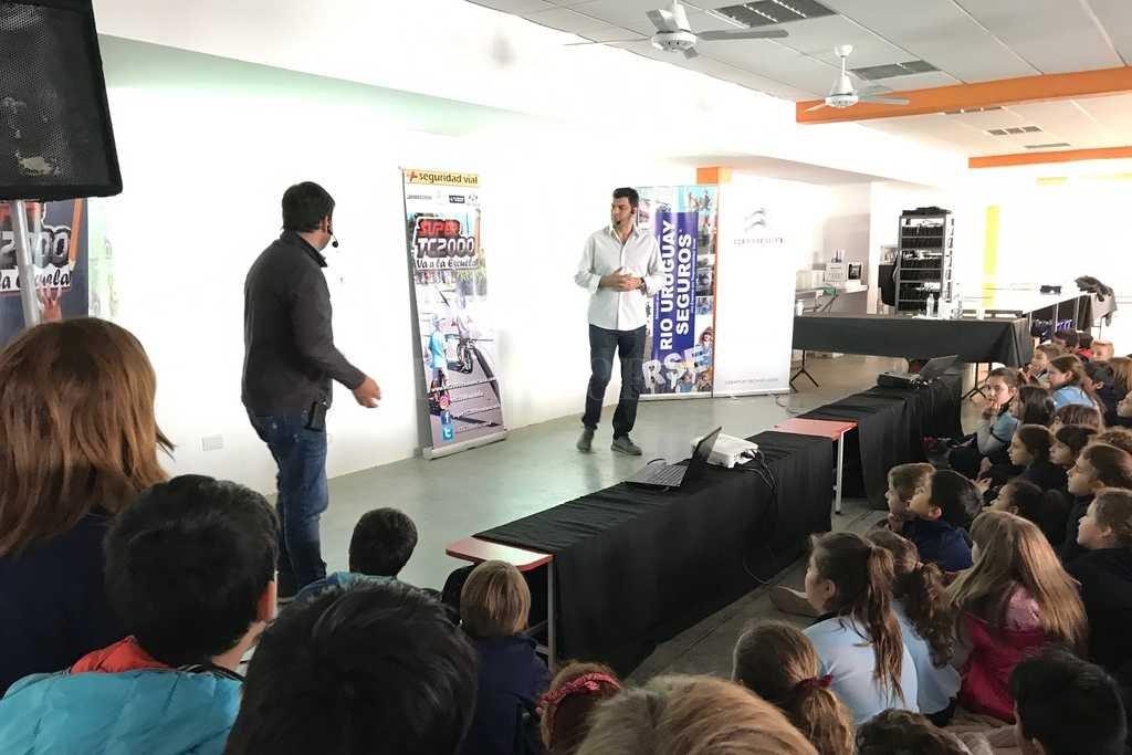 La premisa es clara: la Educación es la mejor herramienta en el desarrollo como individuos. Mauro Feito y Roberto Berasategui fueron los oradores de las charlas en Jerárquicos Salud. Crédito: Gentileza Súper TC 2000 va a la Escuela