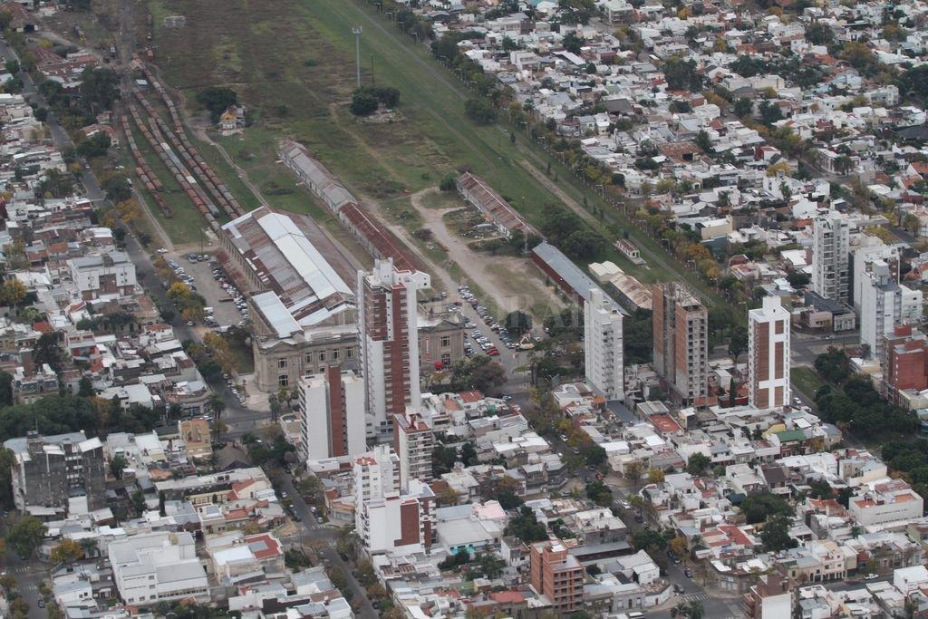 Siete manzanas. El predio que está detrás de la Belgrano está catalogado en el Reglamento de Ordenamiento Urbano como R1 (Residencial de alta densidad), sin límite de altura. Se estima que podrían construirse 300 viviendas en cada una de las siete manzanas. Crédito: Manuel Fabatia