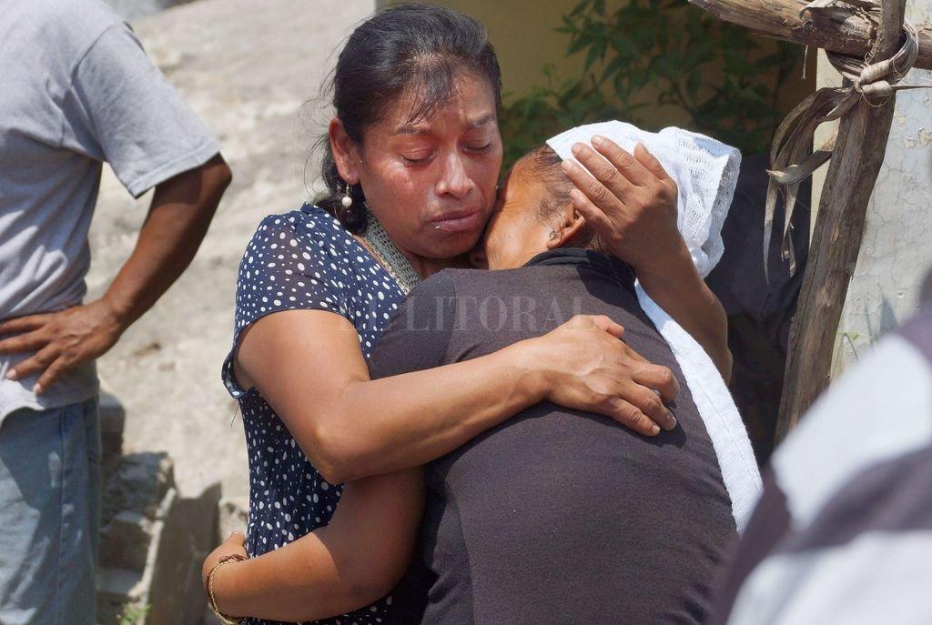 Familiares velan a víctimas del terremoto entre escombros, en Oaxaca