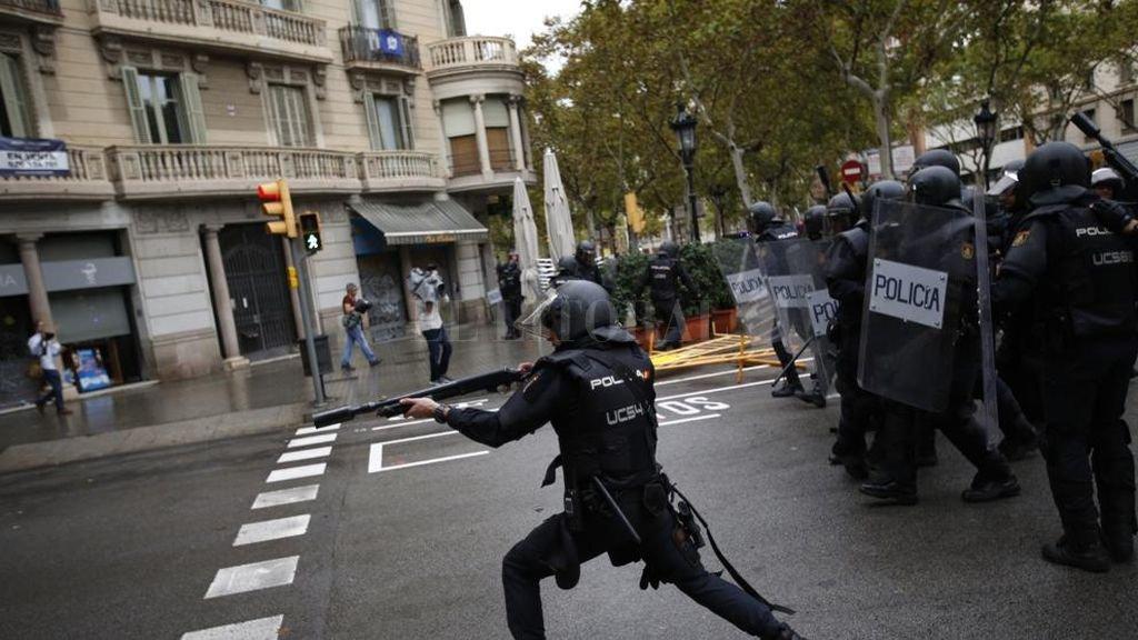 La policía y la Guardia Civil española irrumpieron en los centros de votación, reprimieron y retiraron urnas. lavanguardia.com