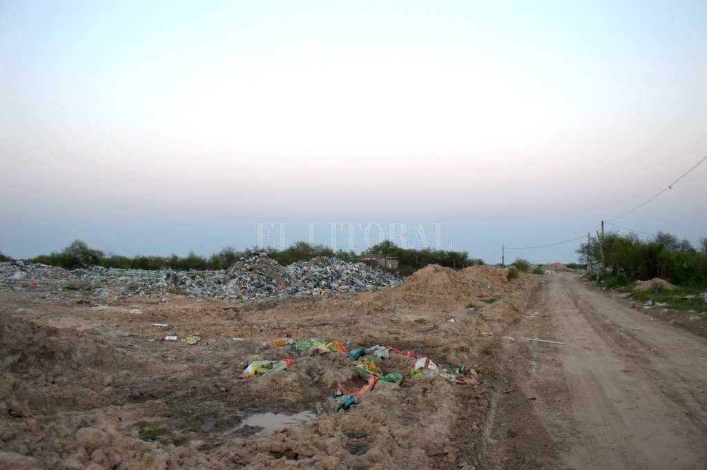 """Basural """"oficial"""". La ciudad de Rincón todavía """"procesa"""" sus residuos a cielo abierto, con un fuerte impacto ambiental al fondo de callejón Pintos. Cuando el río crece, además, se quedan sin lugar donde arrojar la basura.  Crédito: Periodismo Ciudadano / Gerardo Rimoldi"""