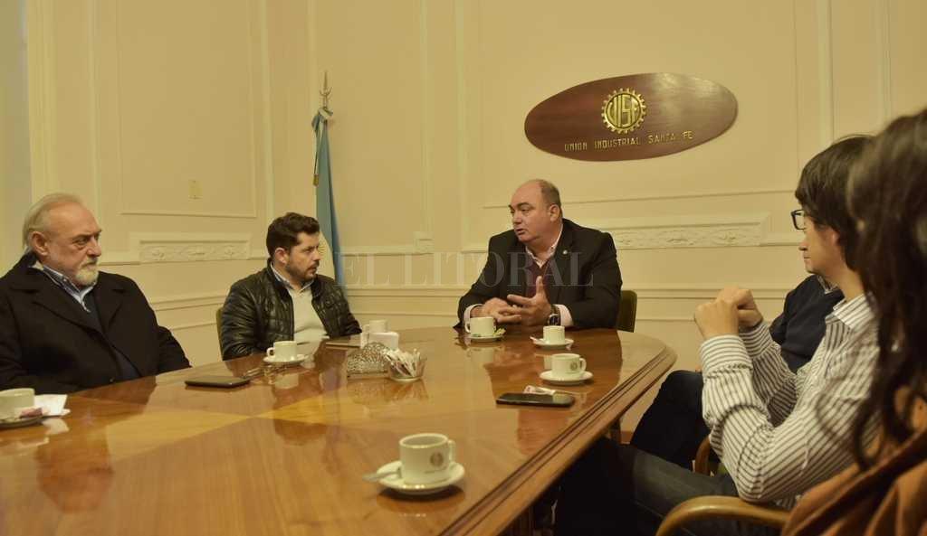 Marcos Castelló junto a Javier Martin, presidente de la Union Industrial de Santa Fe, y la Comisión Directiva. Crédito: Gentileza