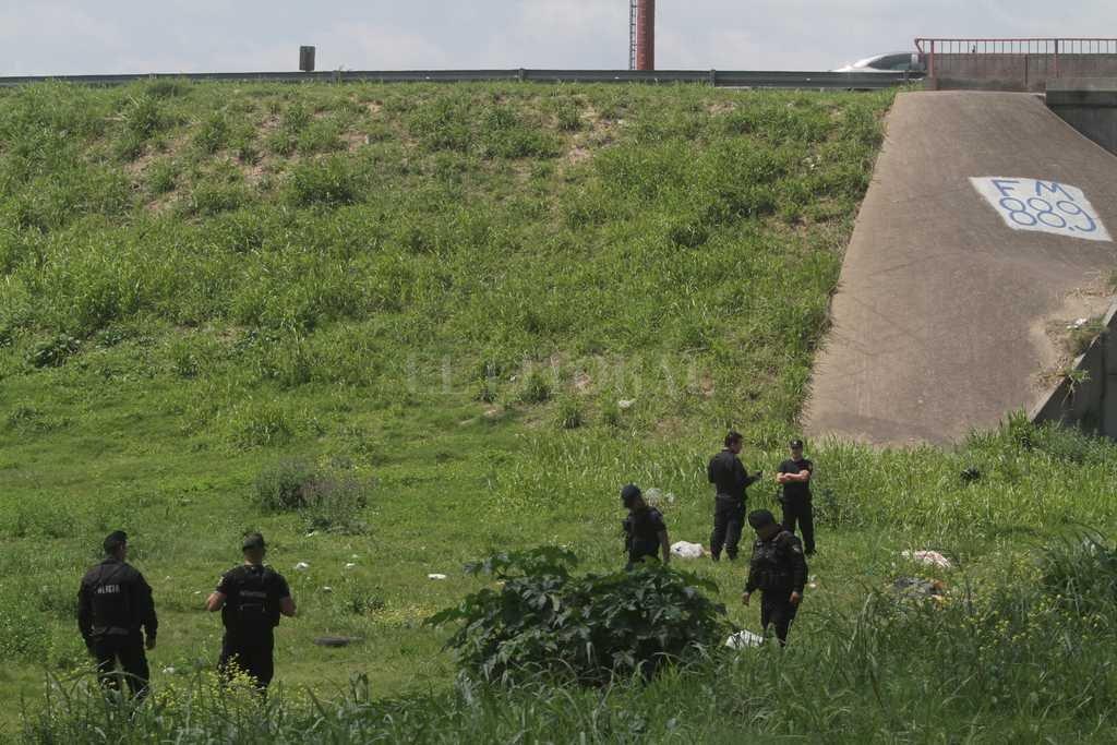 La policía trabajando en la zona donde se encontró a la joven sin vida Crédito: Mauricio Garín