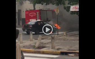 Video: se incendió un taxi en pleno centro -