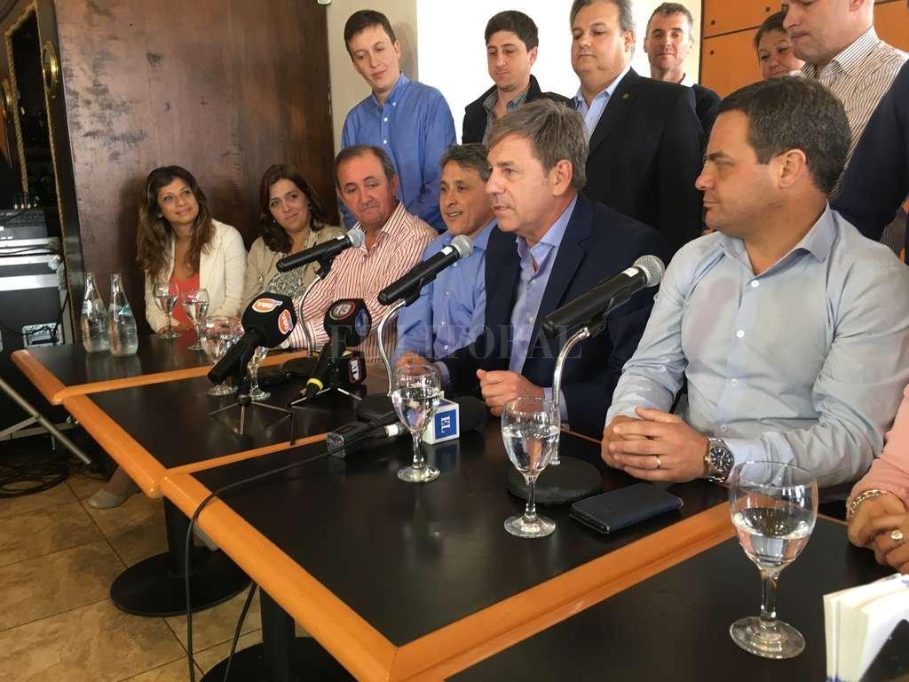 Jatón, junto a referentes del Frente Progresista y los intendentes electos de Rincón (González) y Recreo (Colombo).  <strong>Foto:</strong> El Litoral