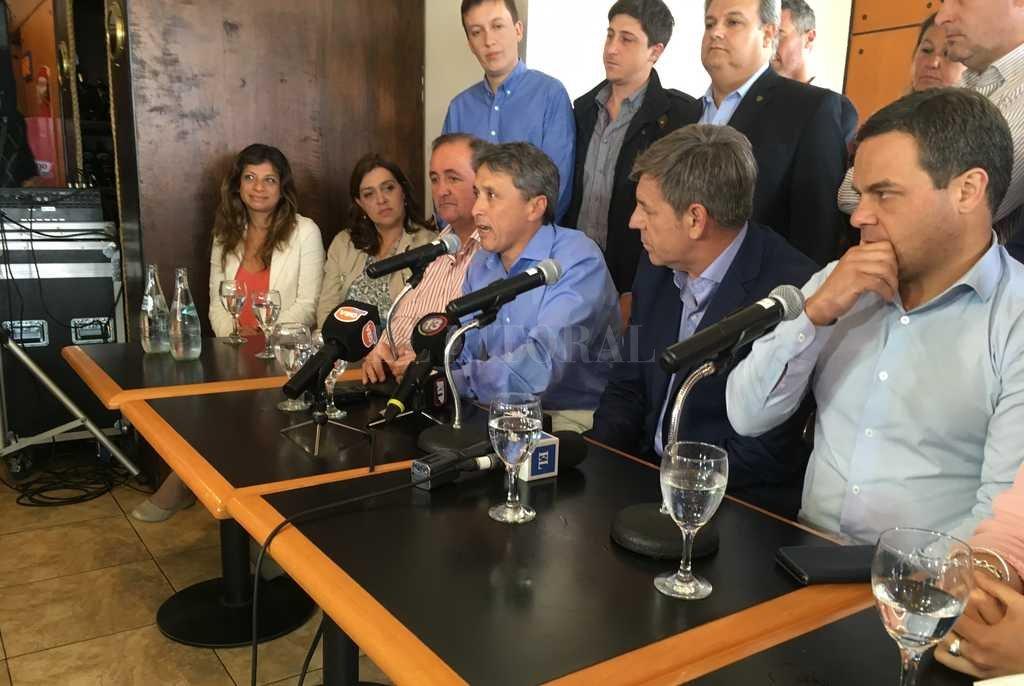Esta semana, González analizó el resultado electoral junto a otros candidatos del Frente Progresista, como Emilio Jatón y Omar Colombo. Crédito: El Litoral