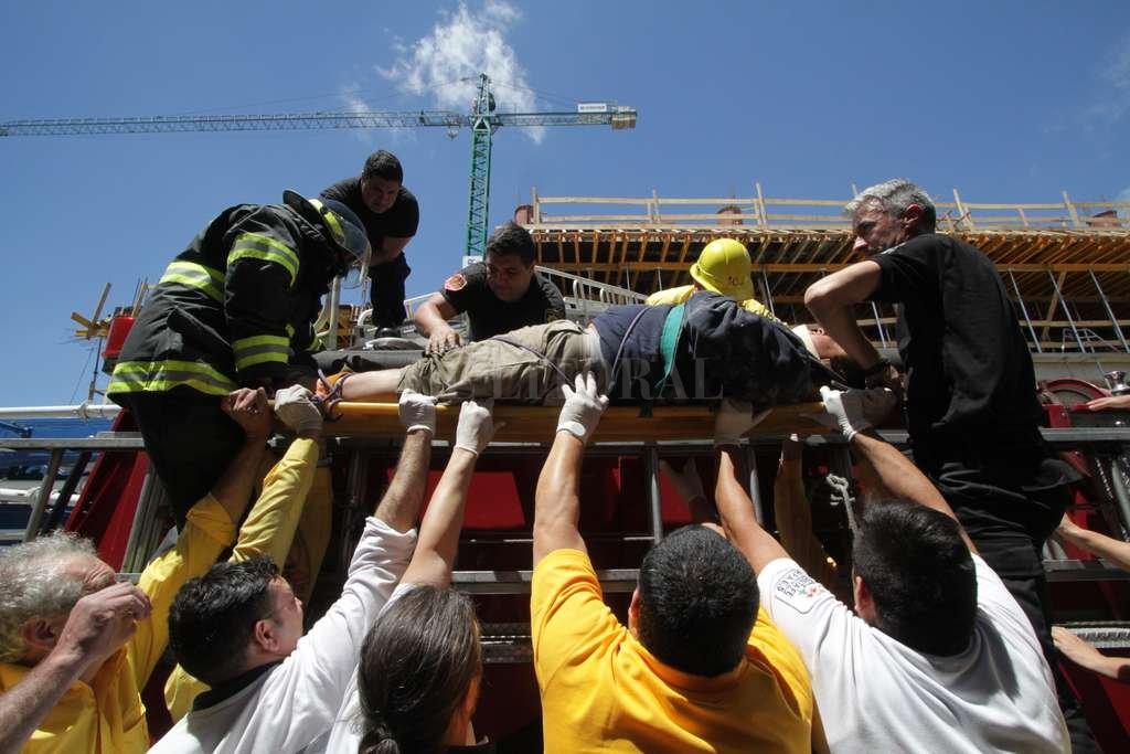 Momentos de tensión se vivieron ayer durante el rescate de los operarios que quedaron atrapados tras en derrumbe. Fue en 9 de Julio, entre 3 de Febrero y General López. Mauricio Garín