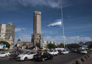 El Monumento a la Bandera con la enseña a media asta