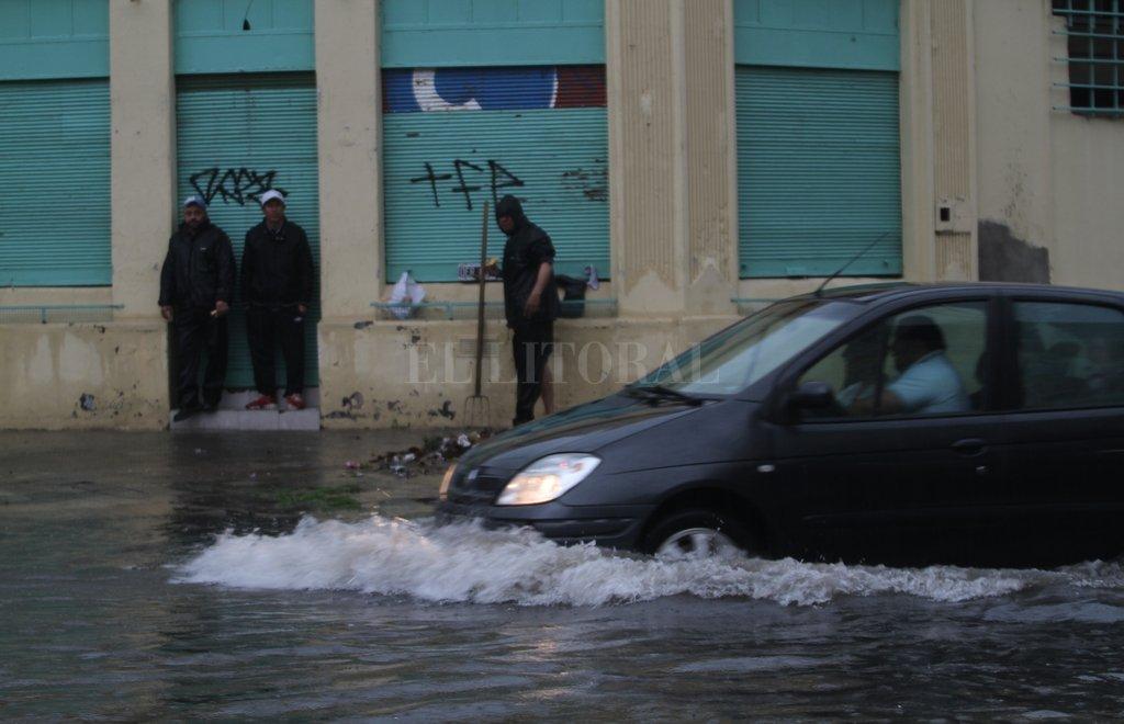 No pasar. Algunos conductores avesados intentaron cruzar por avenida Freyre y Eva Perón y se quedaron en el badén. <strong>Foto:</strong> Mauricio Garín
