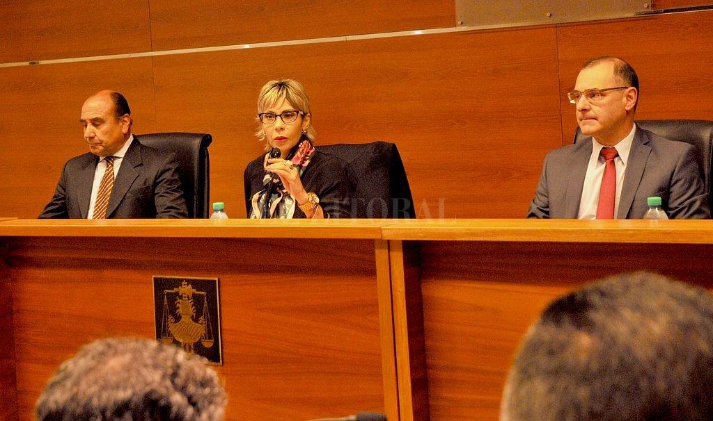 El juicio oral comenzó el 25 de octubre y está a cargo de los jueces Jorge Pegassano, Susana Luna y Luis Octavio Silva (de izq. a der.). Crédito: Flavio Raina