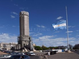 A la espera de la llegada de los cuerpos, Rosario rinde homenajes