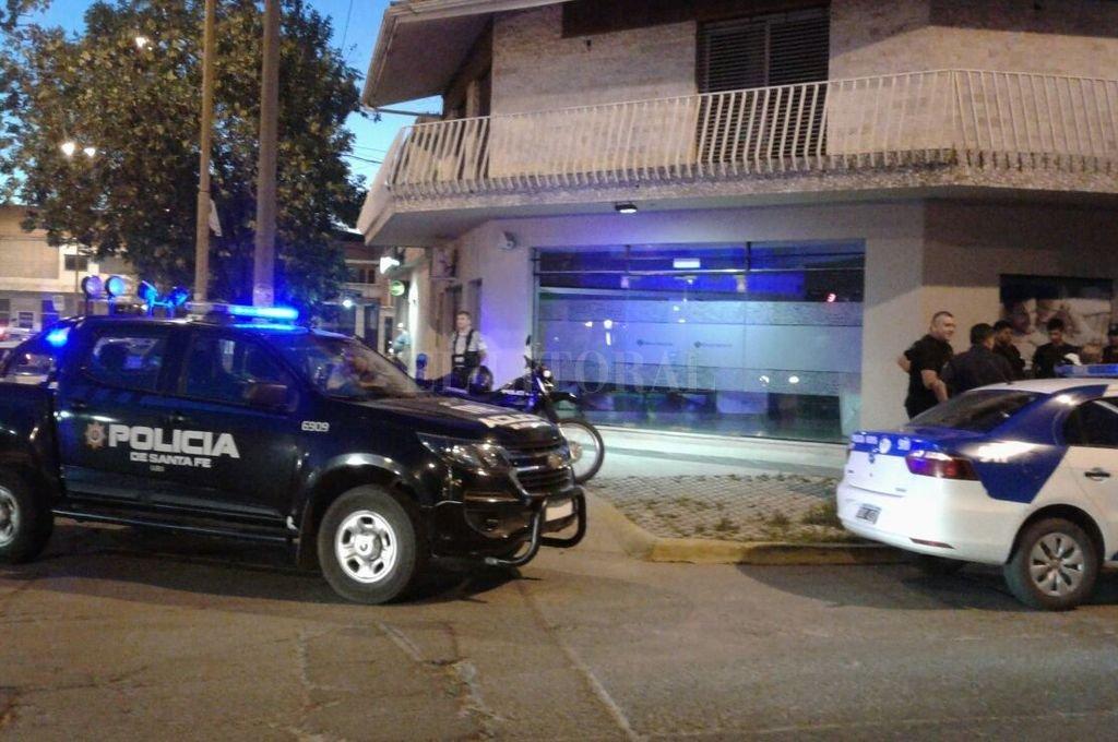 Vecinos y curiosos observaron con preocupación el despliegue de patrulleros y uniformados alrededor de la entidad bancaria. <strong>Foto:</strong> Danilo Chiapello