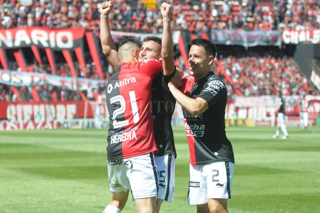 El pibe Chancalay festeja su gol y recibe el saludo de Heredia y Toledo, en el partido ante los sanjuaninos, cuando parecía que Colón se quedaba con todo. <strong>Foto:</strong> Luis Cetraro