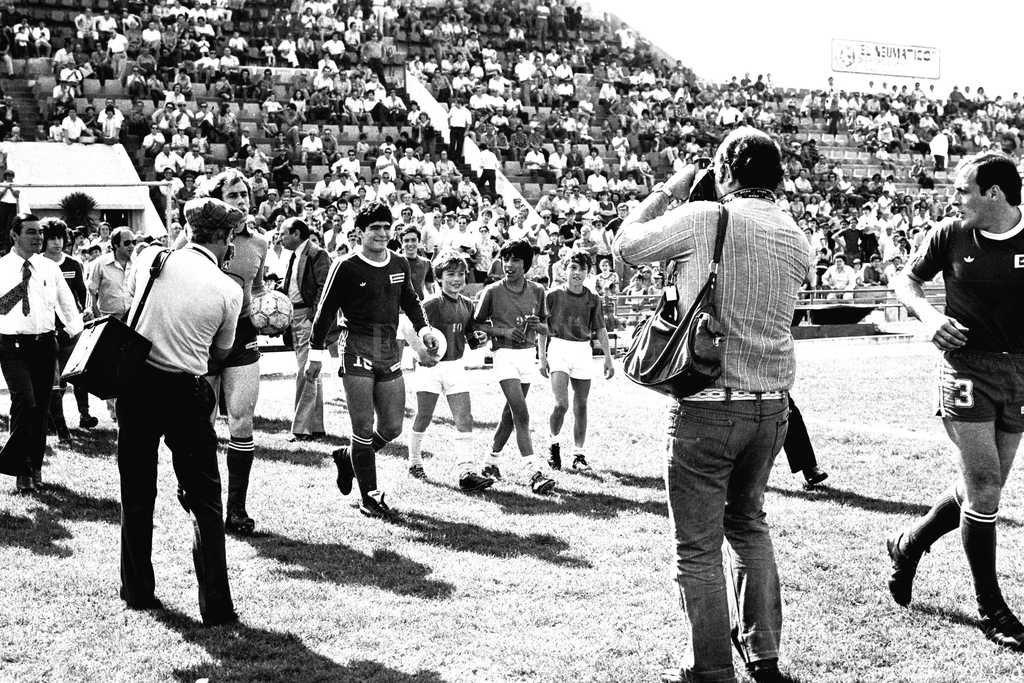 Diego pisa el Centenario. Fue en 1979, cuando Argentinos llegó a Santa Fe para enfrentar a Colón ya con Maradona consagrado en el club de La Paternal y antes de iniciar su frenética carrera en Boca, Barcelona, el Nápoli y, naturalmente, sus mejores logros en la selección. Crédito: Archivo El Litoral