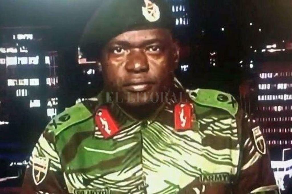 El general Sibusiso Moyo leyó una declaración en la televisión estatal de Zimbabue para descartar que el ejército esté protagonizando un golpe de Estado. Crédito: BBC
