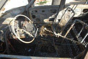 Incendiaron un auto en barrio Los Troncos