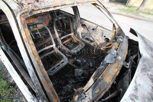 Otro auto quemado en la ciudad de Santa Fe