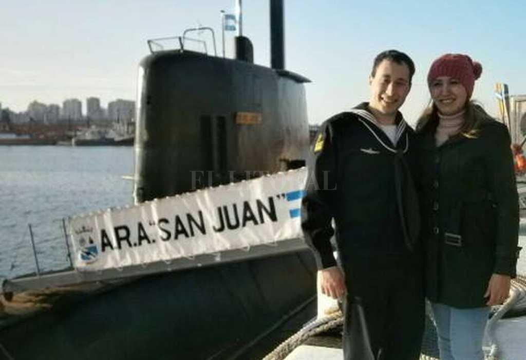 Submarinista santafesino. Germán Suárez junto a su esposa, María Itatí Leguizamón. De fondo, el ARA San Juan. Crédito: Facebook