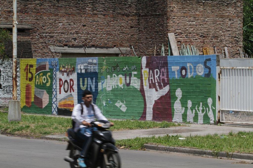 """Un mural para todos"""", sostiene la consigna que el multifacético artista Gerardo Morán sintetizó en imágenes. Con esta intervención que se estrenará en unos días, celebran la maravilla de soñar y creer que entre todos se puede construir.  Mauricio Garín"""