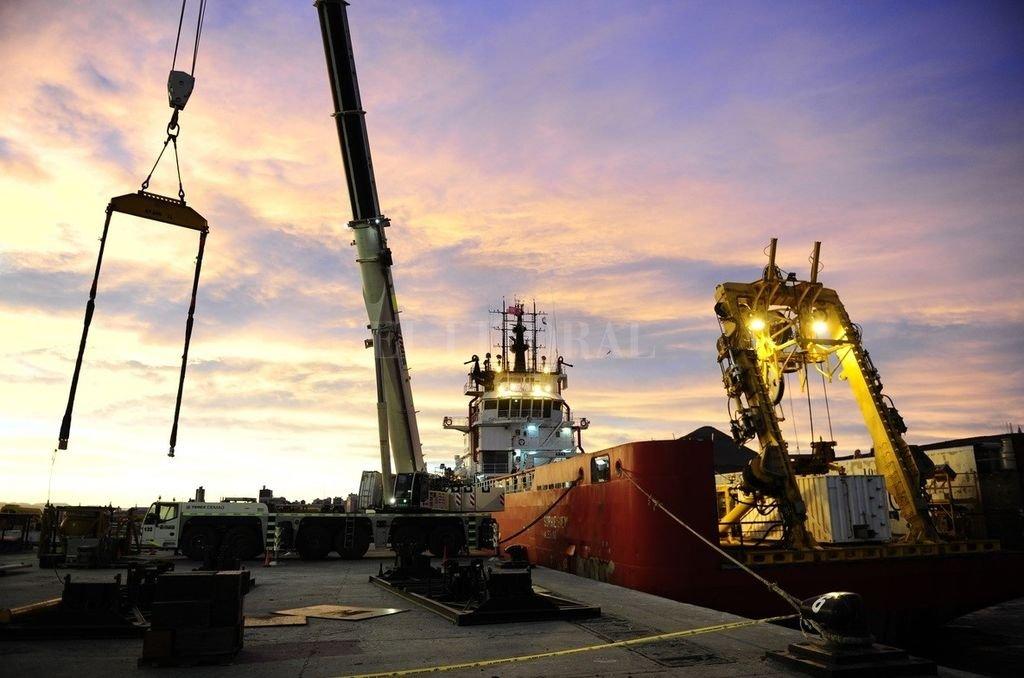 Pruebas del brazo mecánico instalado en el buque Sophie Siem. Crédito: Clarín. (J. Tesone)
