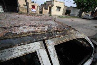 Quemacoches atacaron una camioneta abandonada