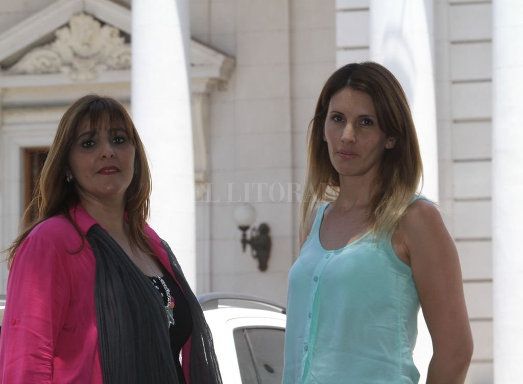>Ivana Guidotti y Silvia Dell'Agnese frente a la Legislatura. Ambas son buscadoras independientes e impulsoras del tratamiento de la ley. <strong>Foto:</strong> Mauricio Garín