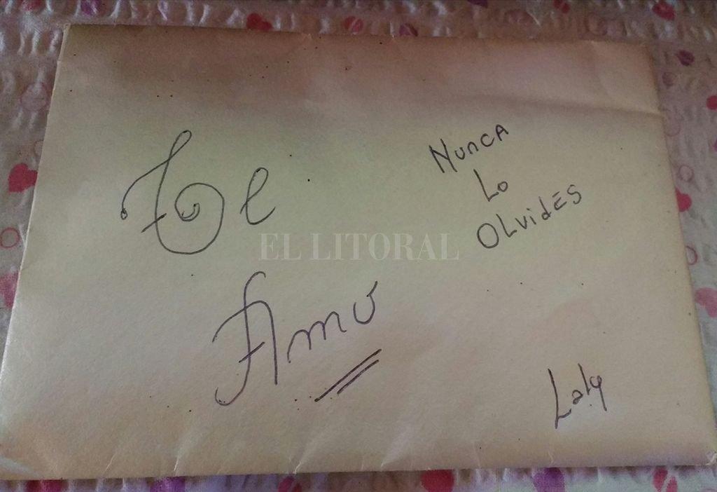 El sobre fue encontrado en el Obelisco el 12 de octubre. <strong>Foto:</strong> Facebook Lorena Álvarez