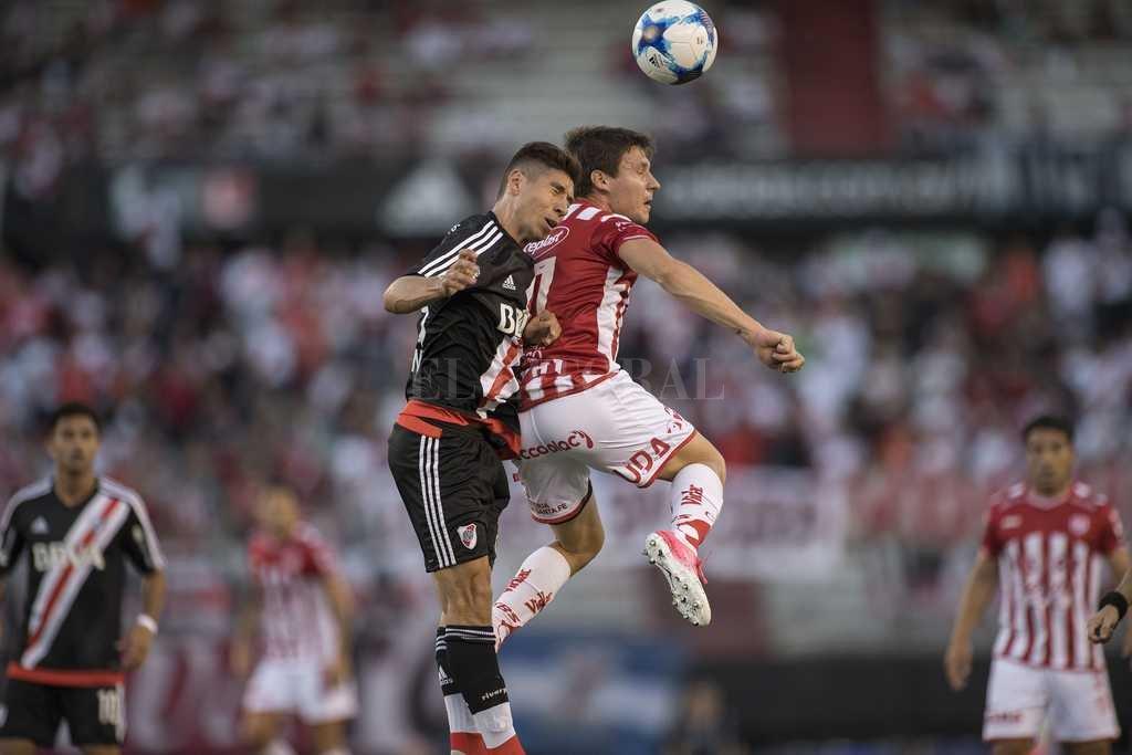 """Allá bien arriba. Así como salta Franco Soldano en la cancha de River Plate está Unión en esta Superliga: en la parte alta, bien arriba. Hay una tremenda expectativa por el partido de este viernes, en Santa Fe, recibiendo al """"Pirata"""" cordobés. Tanto Soldano como Gamba son decisivos: marcaron 11 de los 15 goles del equipo hasta acá. <strong>Foto:</strong> Matías Nápoli"""