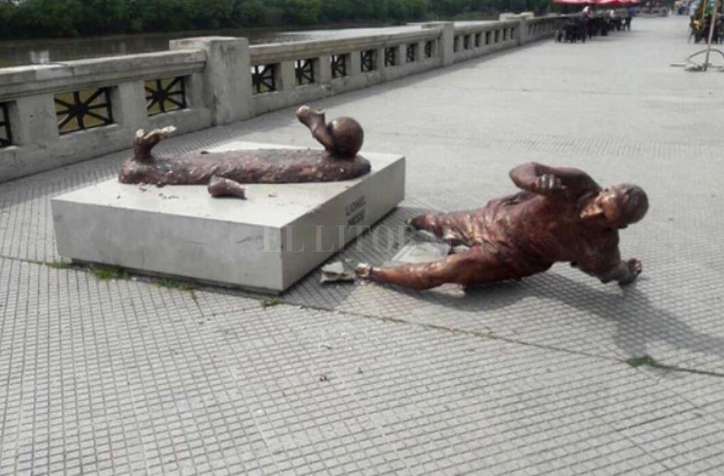 La estatua fue dañada a la altura de los tobillos. <strong>Foto:</strong> Infobae