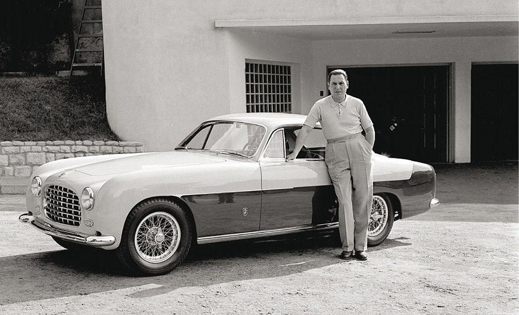 """Juan Domingo Perón junto al Ferrari 212 Inter que adquirió en 1953. La imagen, sacada por el fotógrafo Pinélides Aristóbulo Fusco, se encuentra en el libro """"Fusco: el fotógrafo de Perón"""" Captura digital"""
