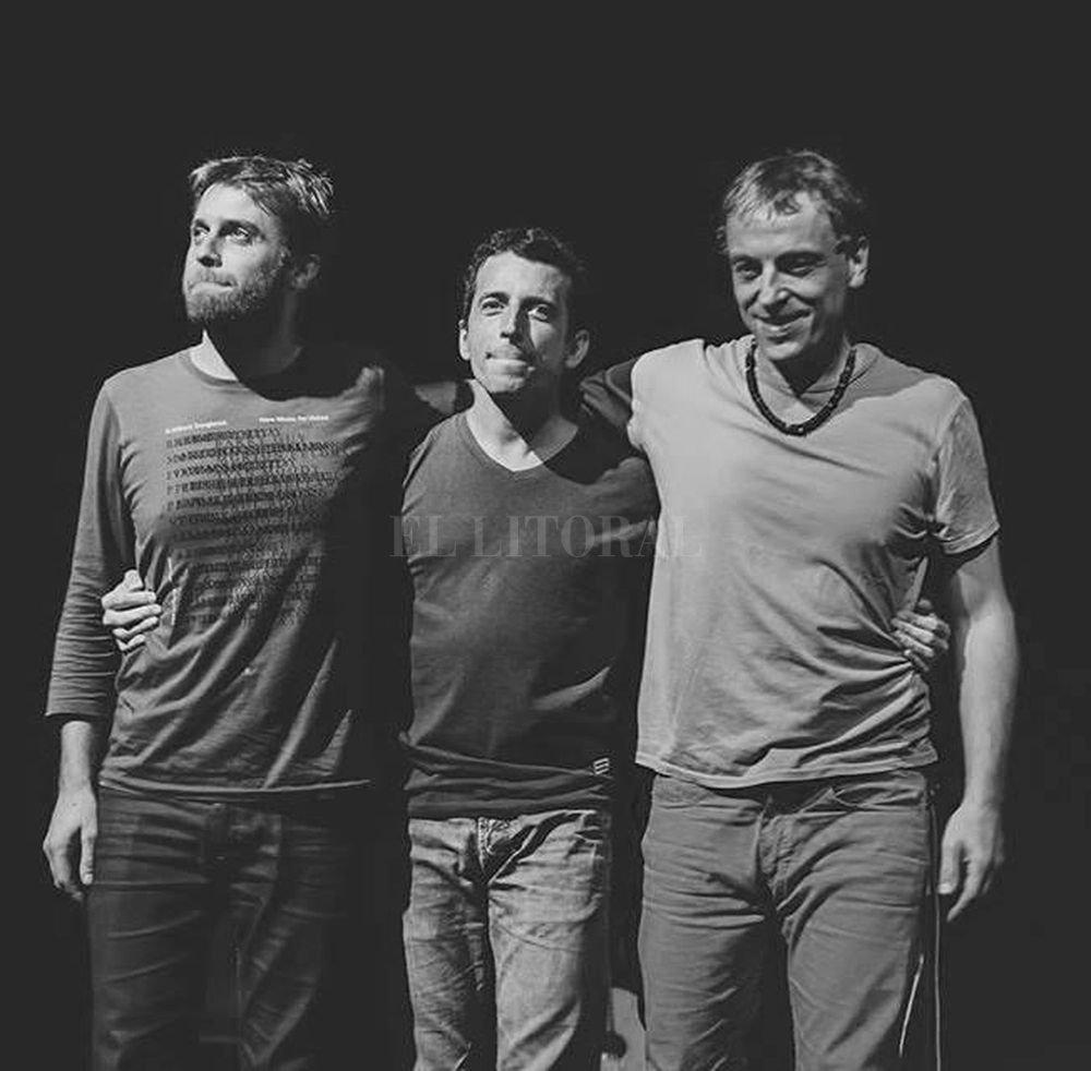 """Andrés Beeuwsaert (teclados y voz), Juan Quintero (guitarra y voz) y Mariano """"Tiki"""" Cantero (percusión y voz) integran Aca Seca Trío. Gentileza producción"""