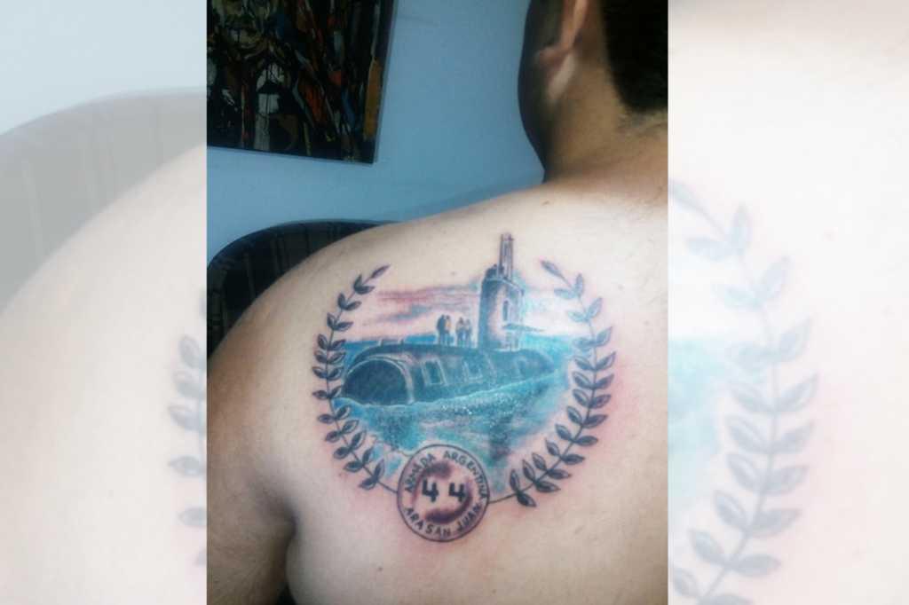Hombre se tatuó al ARA San Juan en su espalda